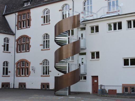 Stahlspindeltreppe und Holztüren: Goetheschule Groß-Gerau