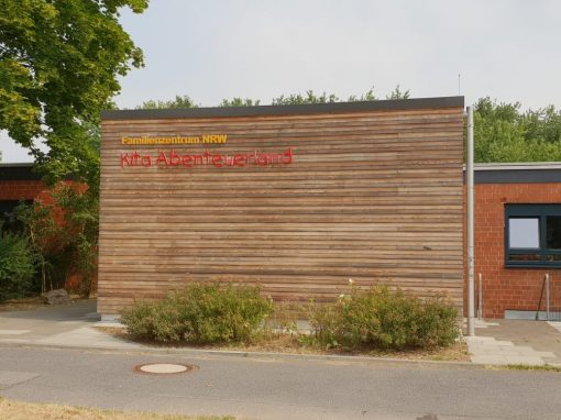 Holz-Aluminiumfenster und -haustür: KiGa Bergheim-Kenten